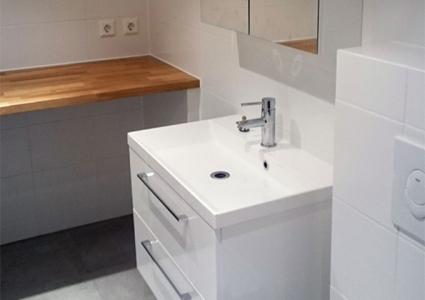 Ferdig bad med toalett, og servant med tilhørende skuffer og skap