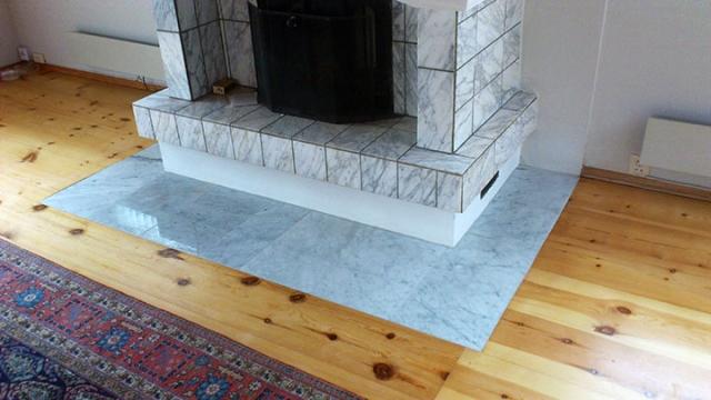 4.Nye marmorfliser blir lagt i flugt med eksisterende gulv/parkett