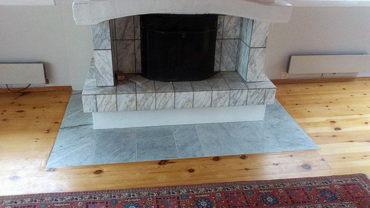 5.Nye marmorfliser blir lagt i flugt med eksisterende gulv/parkett