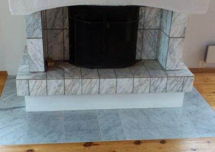 Nye marmorfliser blir lagt i flugt med eksisterende gulv/parkett - 1 hjelpende hånd